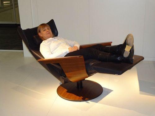 Der neue Relaxsessel Orea von Jori erinnert mit seinen Nussbaumdetails an den Loungechair von Charles Eames