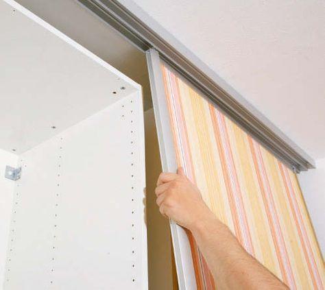Deckenhoch, zimmerbreit und fix eingebaut. Kaum etwas eignet sich einfacher als maßgefertigte Schiebetürsysteme, um einen neuen Raum zu schaffen, eine Nische abzutrennen oder einen offenen Wandschrank zu verbergen. Es gibt zahlreiche Anbieter, die Schiebetürsysteme passgenau anfertigen und per Spedition zum Kunden liefern. Der Einbau erfolgt in Eigenregie. Die Füllung kann nach Wahl selbst gestaltet und eingebaut werden.