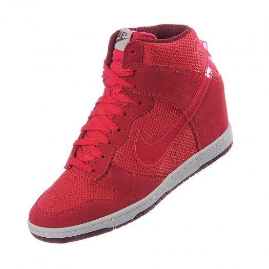 Luce a la moda y siéntete cómoda con el calzado Nike Dunk Sky Hi Essential. El calzado Nike Dunk Sky Hi Essential luce un diseño estilizado inspirado en el baloncesto universitario y disfruta de sus colores llamativos y diseño único.