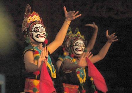 Kuncaran Mask Dance, is a dance that tells about a king that being rejected by a girl he loved. This dance is is having strong yet delicate movements that showing the anger of the rejection but also the gentle heart of the king who love the girl.
