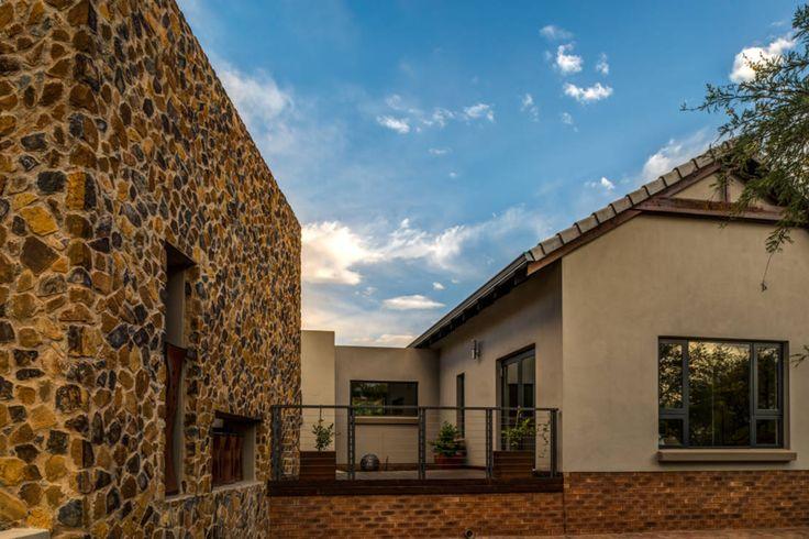 Las casas hechas con métodos de construcción tradicionales tienen un encanto único que las distingue de las residencias contemporáneas. Hechas a base de piedra y ladrillo, estas residencias cuentan con un carácter rústico y una robustez que las hace sobresalir de las demás. El día de hoy, viajamos hasta Sudáfrica, en las afueras de la ciudad de Pretoria, cerca del lago Roodeplaat, donde encontramos una fantástica casa construida con mampostería de piedra y ladrillo que se integra…