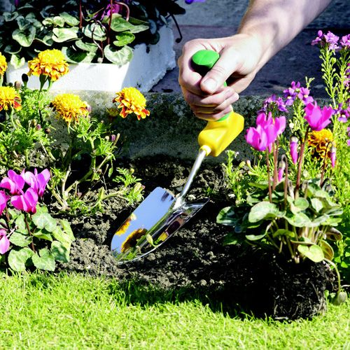 Ergonomic Easi-grip garden trowel Ergonomically angled handle keeps hand and wrist in a natural position, preventing strain whilst gardening