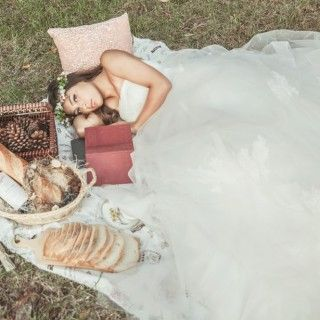 Take a picnic wedding photo if picnic is one of the favorite activity with your lover.