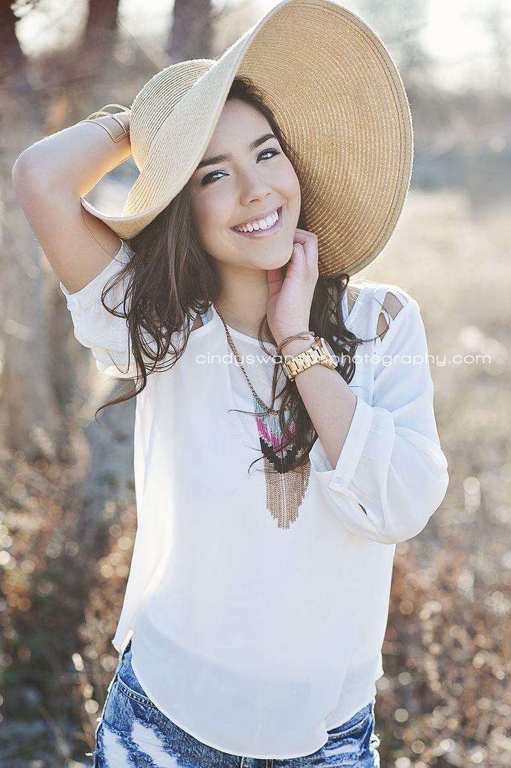 cindy swanson photography dallas senior photographer   senior girl pose with floppy hat   backlighting
