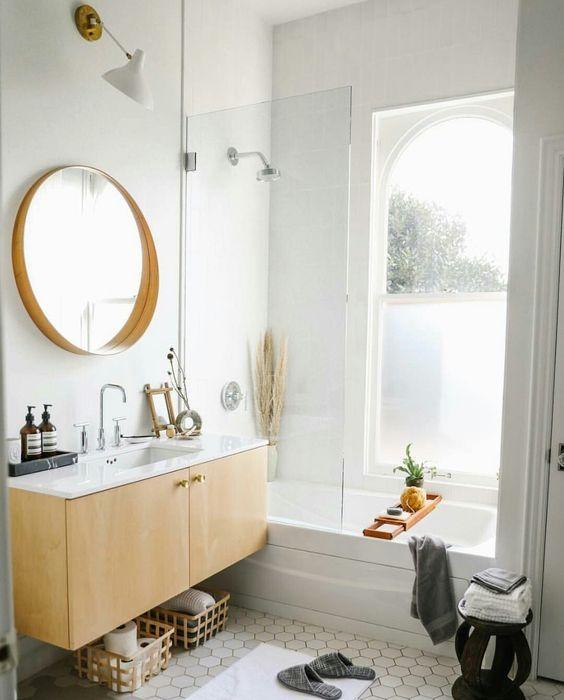 Im Traum Steht Ein Gedeckter Tisch Im Badezimmer