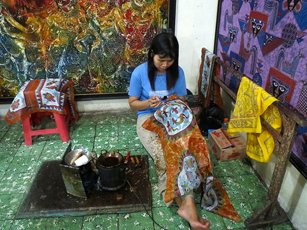 A student hand painting Batik, a Yogyakarta speciality. Comes in cotton or even silk. Can be used as a scarf or as a painting.