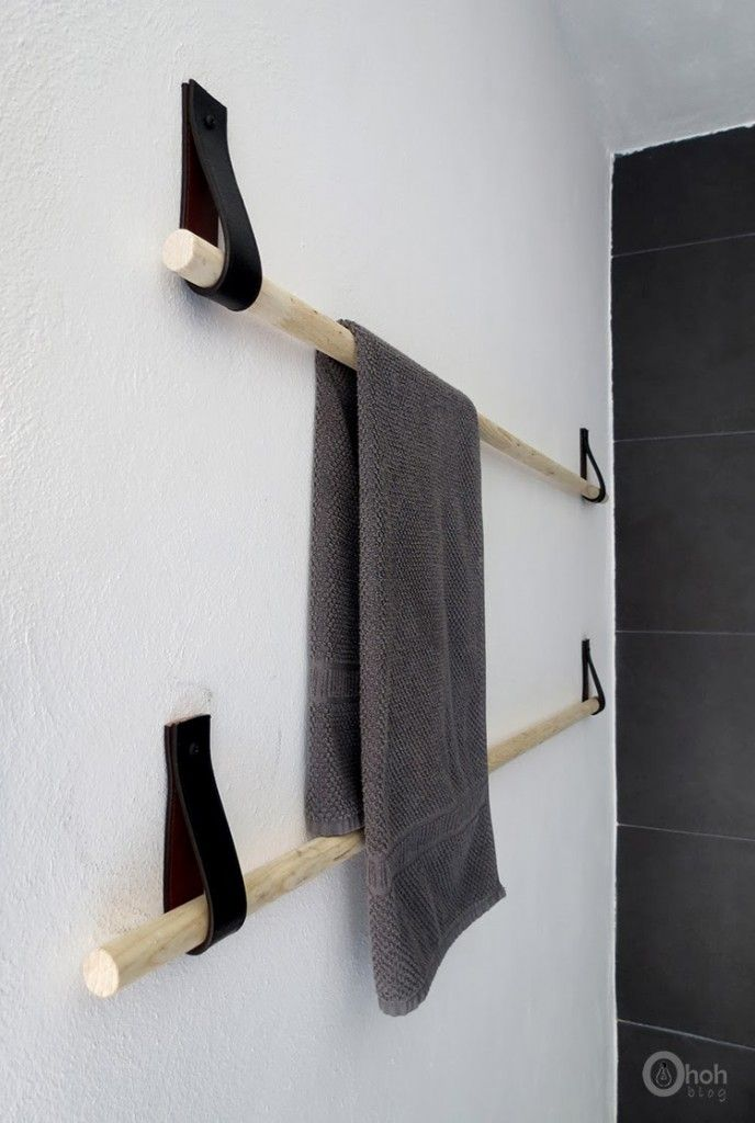 Il vous suffit simplement de disposer d'un manche à balai classique en bois de 130 cm, de lanières en cuir récupérées dans de vieux sacs, d'une scie, de vernis à bois d'une perceuse et de vis avec leurs chevilles murales.