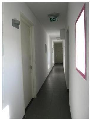 De hal en entree naar de woning. De deur links is de voordeur van dit appartement.