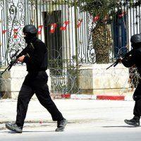 Diecisiete turistas polacos, italianos, alemanes y españoles perdieron la vida en el ataque de varios hombres armados contra el museo del Bardo en Túnez, anunció el primer ministro tunecino Habib Essid.