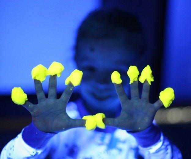 Ajoutez un peu de lumière dans de la pâte à modeler pour la rendre fluorescente. | 19 projets de bricolage qui vont époustoufler vos enfants