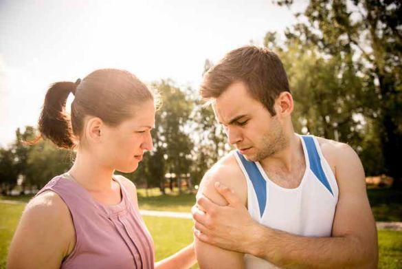 Blessure redoutée des sportifs, la tendinite peut nous priver un certain temps de notre activité favorite. Il est pourtant possible de s'en préserver dès que le mal titille, et de bien la soigner pour éviter la douleur chronique.