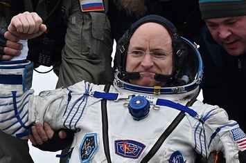Scott Kelly Just Made Being An Astronaut Look Easy AF