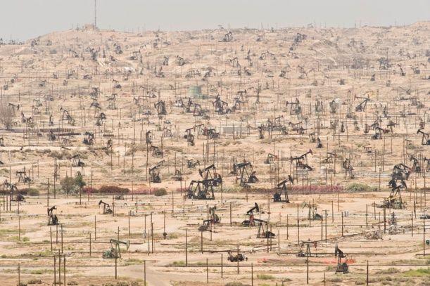 L'appauvrissement des champs de pétrole est un symbole supplémentaire du péril écologique. Ici, le champ de pétrole de la rivière Kern, en Californie. (Crédits : Mark Gamba / Corbis)