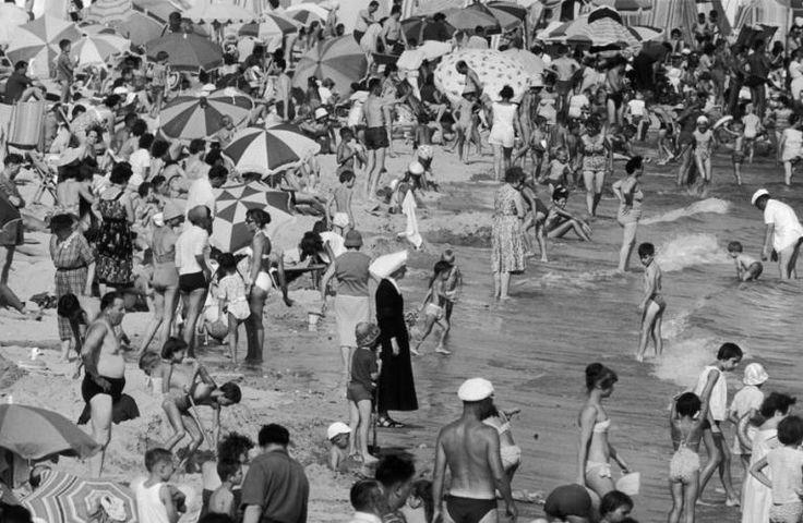 Sur la plage, 1959 by Robert Doisneau