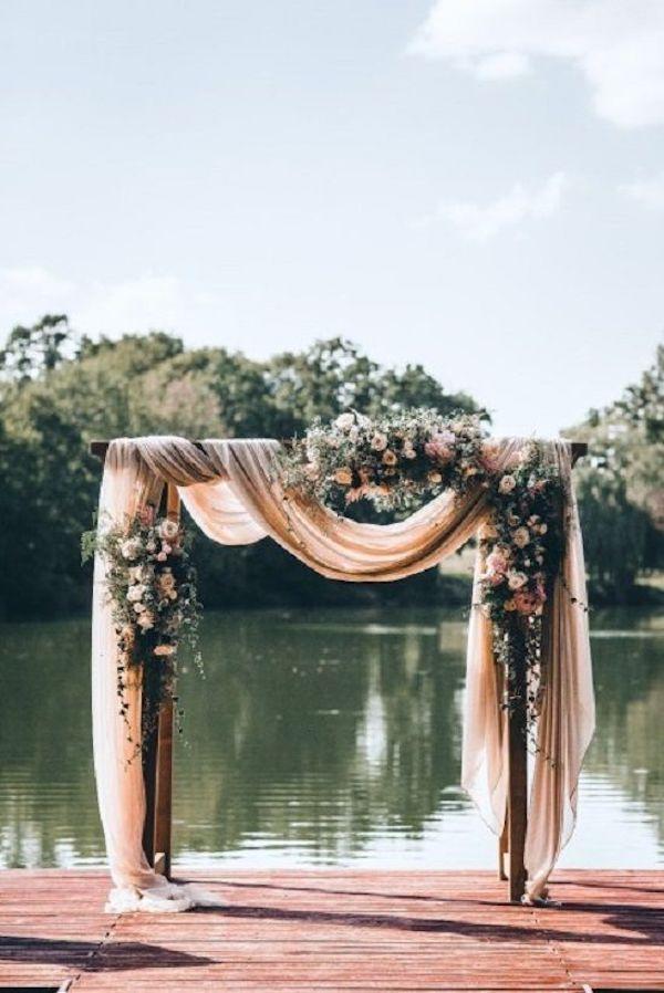 arche de ceremonie deco ceremonie laique mariage bord lac rose tissus fleurs #mariage #wedding #outdoor #arche #ceremonie #laique #lac #voile #rose #pink #flowers #fleurs #deco #decoration