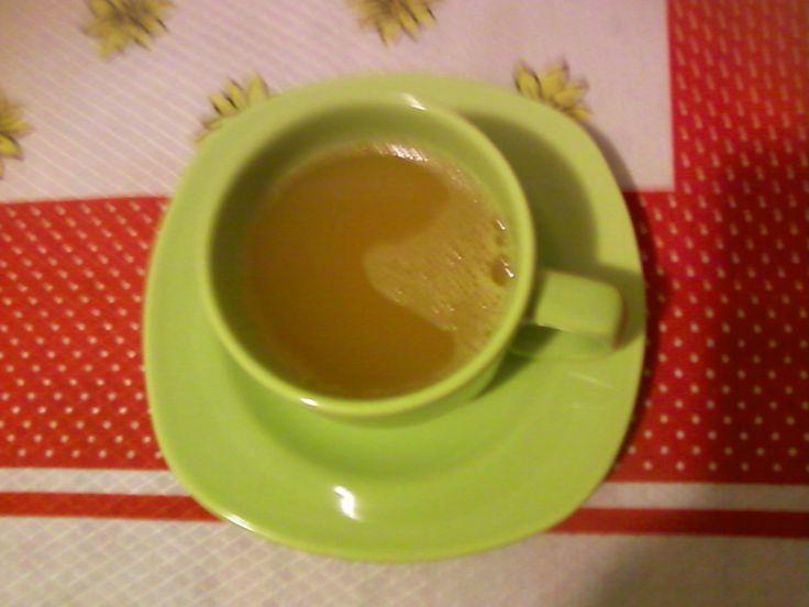 1 litro de agua fervente  - 450 g de açúcar  - 1 pau de canela  - 3 cravinhos  - 1 maçã cortada em pedaços sem sementes e com casca  - Polpa de 2 maracujás e casca de um só  - 2 a 3 pedacinhos de gengibre  -