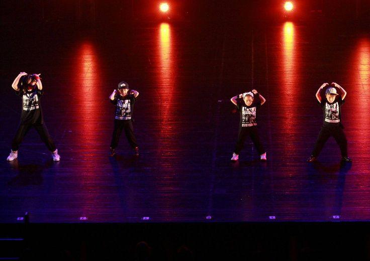 基本のリズム取りやステップを繰り返し練習して、ヒップホップダンスの基礎を確実に身につけていきましょう!楽しく踊りながら、自然に表現力や体力なども養われます。元気いっぱいのキッズ向けダンスレッスン。お友達と一緒も大歓迎♪踊ることが、好き。埼玉県川口市のダンススタジオ「Tune in DANCE STUDIO」初心者から経験者の方、プロとして活躍されている方までダンスを楽しみながら上達できるクラスが充実!埼玉川口、鳩ヶ谷、草加、戸田、蕨、浦和、大宮、川越等、幅広い地域の生徒様。発表会も豊富!川口キッズダンス体験レッスン受付中。TEL:048-255-2979 埼玉県川口市青木5-18-30