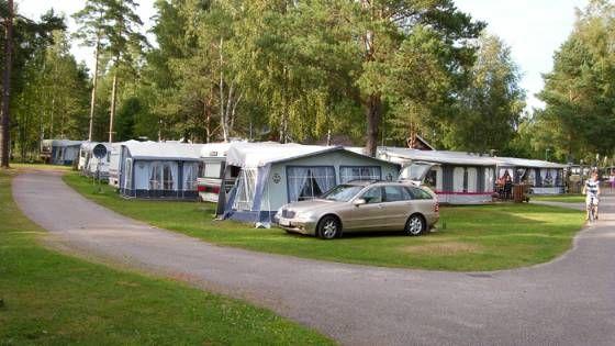 In Dalsland, an den Seen Stora und lilla Lee (großer und kleiner Lee), liegt Ed und Gröne Backe Camping. Dalsland nennt man auch oft ein Schweden in Miniatur. In der kleinen Region westlich des Vänern wechseln sich Berge und tiefe Wälder mit Saatfeldern und Seen ab.