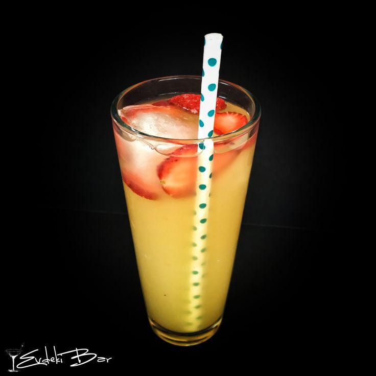 Leg Spreader baharatlı rom, Malibu, Archers, ananas suyu, çilek  #kokteyl #içki #cocktail #recipe #tarif #booze #Malibu #rom #rum #archers #çilek #yummy #tarif #içki