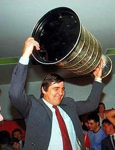 Serge Savard a ensuite poursuivi son bon travail au plan du recrutement en signant notamment Mathieu Schneider, Éric Desjardins, Mike Keane, Lyle Odelein, John LeClair et Patrice Brisebois. Ses choix se sont à nouveau avérés judicieux et les Canadiens ont donné à Savard sa deuxième coupe Stanley, la 24e de l'histoire de l'équipe, au printemps 1993. On le voit ici soulevant la première se ses deux coupe Stanley (1985-1986) à titre de directeur général.