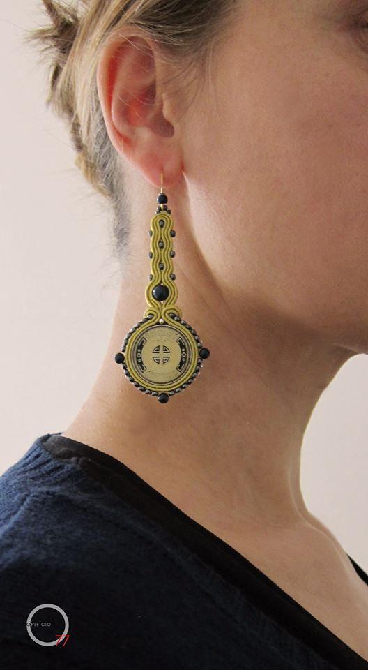 Orecchini soutache giallo oro con bottoni vintage, perle Swarovski blu, perline indiane in vetro. Design Giada Zampar, Opificio77.