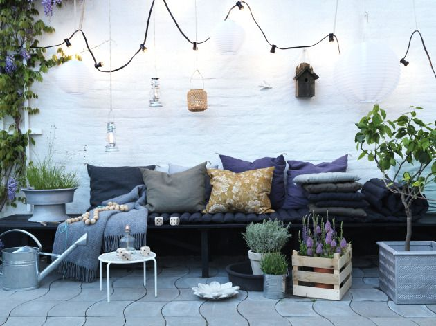 ♥ Wow! Possibly my favourite outdoor seating I've seen yet. Love the white brick wall, the fig tree, the cushions, the paving, the grey and lilac generally. Beautiful.
