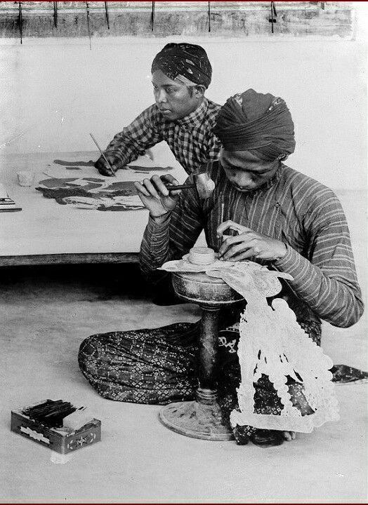 Vervaardiging van wajang kulit poppen, Jogjakarta. 1910-1937