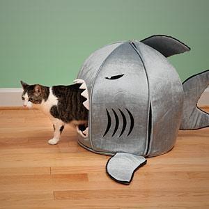 Lit requin pour animaux - Pour la maison - Thinkgeek -- Vous aussi laissez votre petit chat ou petit chien dormir dans le ventre d'un requin. Fait d'une matière spéciale absorbant les bactéries et odeurs, ce lit requin sera parfait dans votre maison.