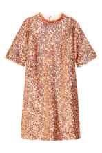 Robe courte à paillettes: Robe courte et droite en mesh brodé de paillettes. Modèle avec manches courtes et petit col droit. Dos largement ouvert avec boutons-pression sur la nuque. Doublée jersey.
