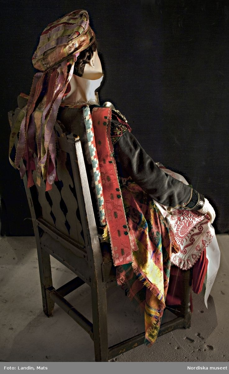 """Sovande brud från Ingelstads härad, Skåne. Bruden kläddes av en äldre kvinna dagen före bröllopet eftersom det var en tidsödande procedur, och fick sedan sitta på en stol över natten. Från Nordiska museets utställning """"Modemakt""""."""