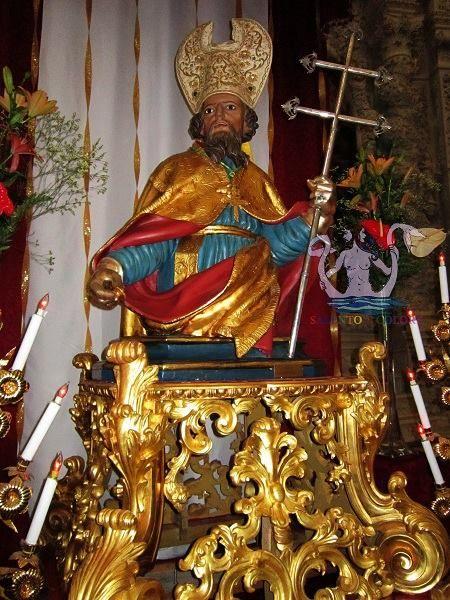 L'interno della chiesa matrice dedicata a M. SS. Annunziata a Casarano (provincia di Lecce), Statua processionale di San Giovanni Elemosiniere, XVIII secolo.