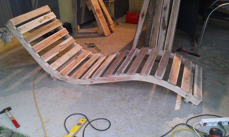Les travaux en cours sur un transat faite avec palettes de planches, démantelé. Les planches transversales viennent des palettes, et la poutre incurvée est faite de plusieurs planches achetées dans…