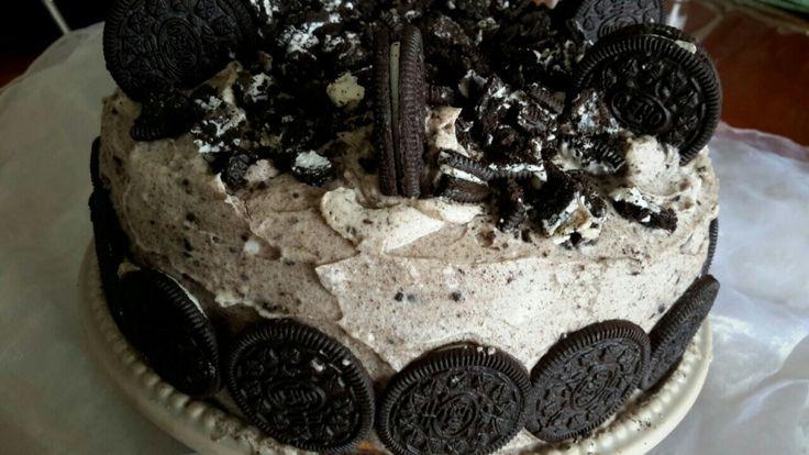 Je n'avais pas prévu de poster la recette de mon gâteau d'anniversaire, mais comme il a eu beaucoup de succès auprès de ma famille, j'ai dècider de vous en faire profiter. Ce gâteau c'est vraiment de la bombe, j'ai manger une part je n'en pouvais plus, alors que mes fils et mon mari en n'ont manger deux et pas des petites, je vous le garanti. pour la réalisation de ce gâteau vous aurez besoin de 3 génoises, d'un sirop au chocolat, de la crème chantilly au masca...