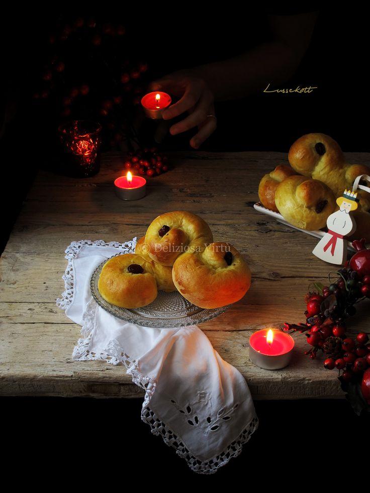 """…i Lussekatter sono dei dolci tipici svedesi che si preparano nel giorno di Santa Lucia, il 13 Dicembre. Leggeri e poco zuccherati assomigliano molto a dei panini dolci molto soffici e di un bel colore giallo dovuto allo zafferano presente nell'impasto. Sono a forma di """"S"""" ed arricchiti con dell'uvetta. Secondo una vecchia credenza tedesca,…"""