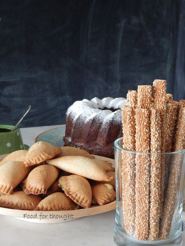 Κάλεσμα για καφέ απογευματινό με τυροπιτάκια κουρού, κέικ μήλου και κριτσίνια. Οι συνταγές στο Food for Thought. http://laxtaristessyntages.blogspot.gr/