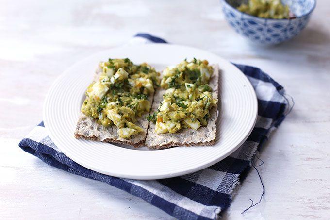 In dit recept laat ik zien hoe je een eiersalade zonder mayonaise met avocado kunt maken. Super lekker, heel erg simpel om te maken en snel klaar!