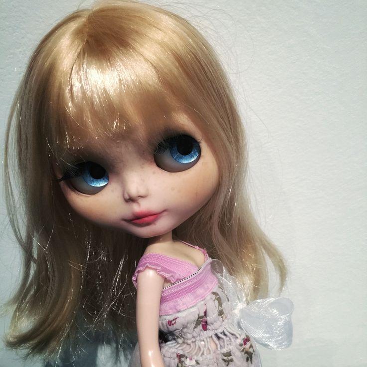 Blythe doll - https://www.etsy.com/it/listing/270277179/angelie-original-custom-blythe-doll