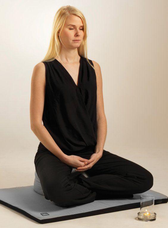 En stunds medveten närvaro och fokus på andningen varje dag gör underverk för hälsan. Du hittar allt du behöver hos vitavera.se - kuddar, mattor, yogakläder. Välkommen in! http://www.vitavera.se/category.html/yoga-meditation-tingshas-klangskalar-yogabolster
