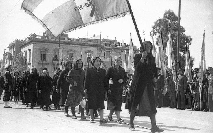 28η ΟΚΤΩΒΡΙΟΥ 1946   Χήρες,μητέρες κόρες πεσόντων παρελαύνουν... στην Πλ.Συντάγματος (φωτ.: Εταιρεία Φίλων του Ελληνικού Λαού).