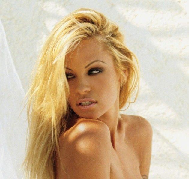 Pamela Anderson makeup - smokey eyesNaughty Beautiful, Pamela Anderson ...