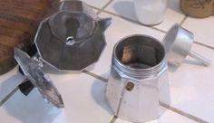 Ecco come pulire la caffettiera moka, incrostata dal calcare, seguendo alcune importanti indicazioni ed i segreti per preparare un buon caffè.