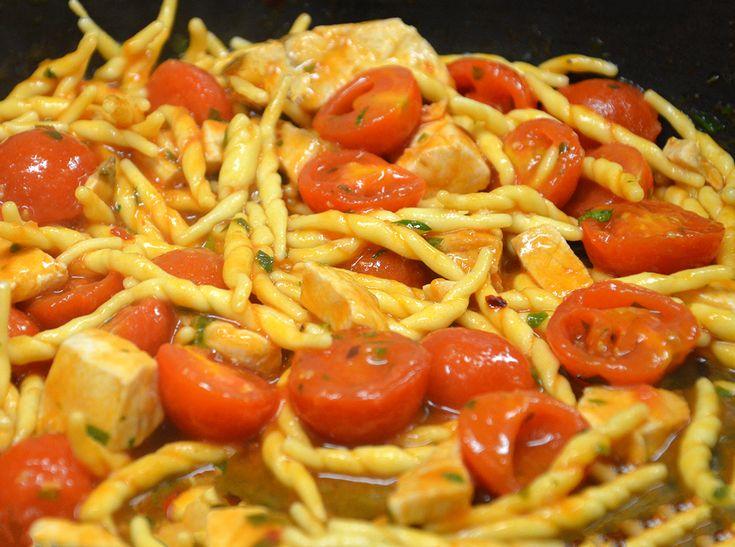 Le trofie accolgono tutto il gusto del mare in questa ricetta con la cernia e i pomodorini al profumo di zafferano.