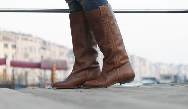 Casual Look. Look con abrigo camel. Look con bolso Louis Vuitton. A trendy life. #casual #camelcoat #abrigocamel #neverfull #details #louisvuittonbag #triplook #benetton #unitedcolorsofbenetton #bershka #romwe #mango #louisvuitton #zara #outfit #fashionblogger #atrendylife www.atrendylifestyle.com