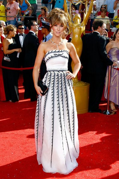 Jennifer Love Hewitt in Carolina Herrera 2008 Emmy Awards - The Most Gorgeous Emmy Dresses of the Last 10 Years - StyleBistro