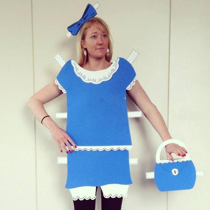 Anja möchte die Anzahl der selbstgebastelten Kostüme im Wettbewerb erhöhen - ihre Anziehpuppe hat sie aus Moosgummi selber gebastelt.