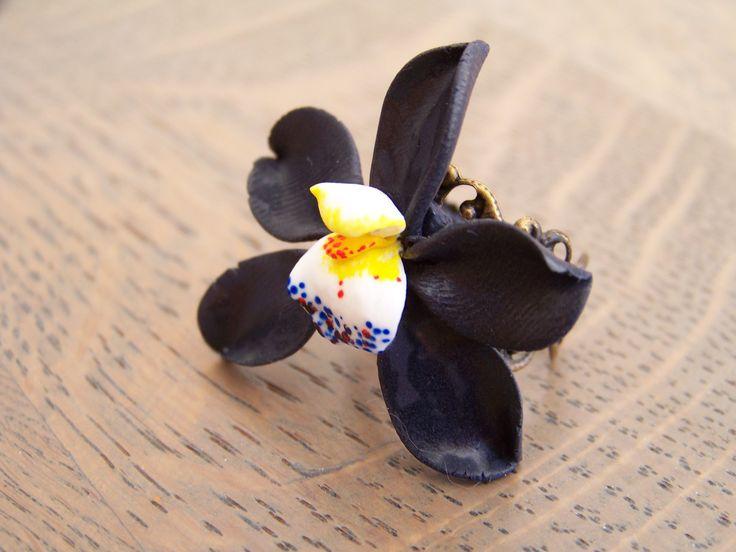 Bague Réglable Orchidée Noire - Fleur Miniature - Création Fimo. : Bague par petitsgrainsdecel