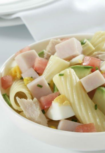 Ensalada de macarrones con mini de pechuga de pavo (receta) - Recetas de ensaladas originales, ¡Dales un nuevo toque de sabor! - enfemenino