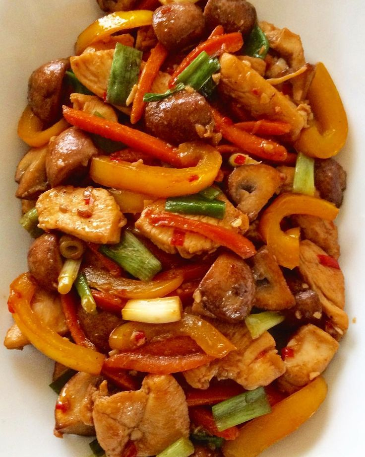 Stir fried sliced chicken with red & yellow bell pepers, carrots, mushroom, ginger, leek and chili. #simpleanddelicious #deliciousfood #allaboutfood #homemadefood #foodies #foodporn #foodpassion #homechef #homecooked #stirfried #chicken #stirfriedvegetables #lekkereten #kip #groente #roerbak #lekkerengezond #maaltijd