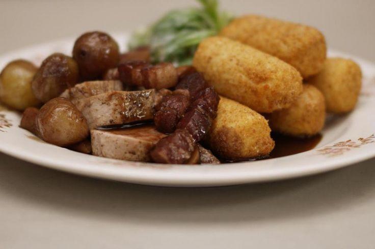 Jeroen zet klassieke kost op tafel. Een mals gebakken varkenshaasje krijgt gezelschap van een stevige jagersaus met wat rode wijn en stukjes paddenstoel. De borden zijn pas compleet met wat sla en krokant gebakken aardappelkroketten erop. Dit is zondagkost pur sang.
