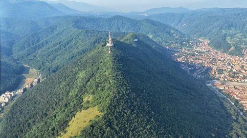 Tampa este un munte care aparține de masivul Postăvaru, localizat în sudul Carpaților Orientali (mai precis în Carpații de Curbură) și înconjurat aproape în totalitate de municipiul Brașov.